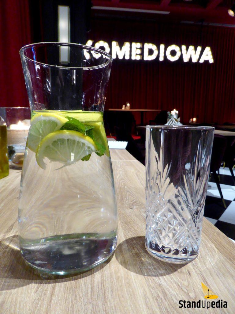Restauracja Komediowa - karafka wody z miętą i cytryną