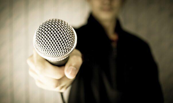 Jak i gdzie zacząć robić stand-up? Lista open mic